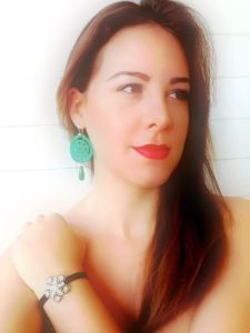 Perfect combination: Emerald green hand-made crochet earrings with Vintage button lycra bracelet